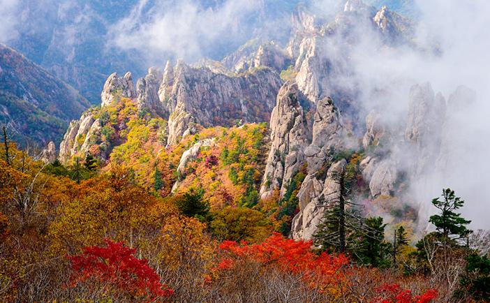 Dãy núi Seoraksan ở Inje, tỉnh Gangwon.jpg